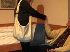 Geile Krankenschwester fickt den Patienten für extra Trinkgeld