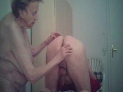 Meine Oma Prostata massage gefickt und ins Maul gespritzt