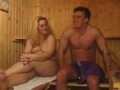 Milf in der Sauna durchgefickt