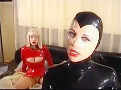 Mistress Sandra und ihre Gummipuppe