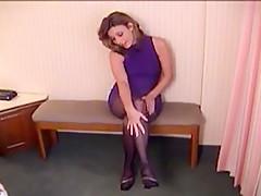 Frau In Schwarze Strumpfhosen Beim Pissen
