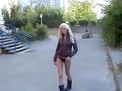 Geil blondje vingert buiten op straat