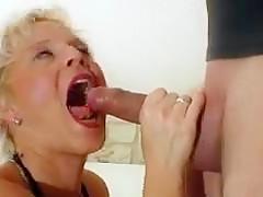 Blonde Stute leckt das Arschloch und bekommt Facial