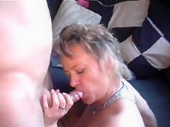 In den Arsch gefickt und angespritzt