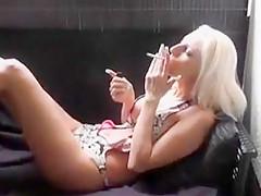 Nuttige blondine wichst die fotze mit kippe in der fresse!