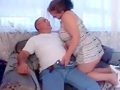 Geile mollige hausfrau auf dem sofa gefickt