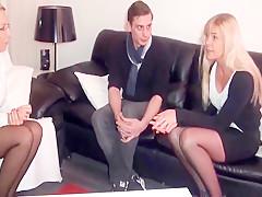Reife Sexberaterin fickt den Jungschwanz einer Patientin
