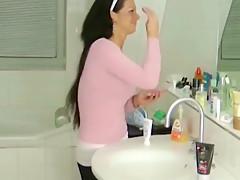 Sie wichst ihrem stiefbruder im badezimmer den schwanz