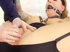 Gefesselt  fixiert und zum orgasmus gefistet