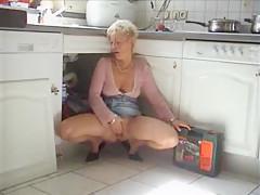 milf fickt monteur in kitchen