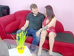 Grosse Titten auf der Couch gefickt