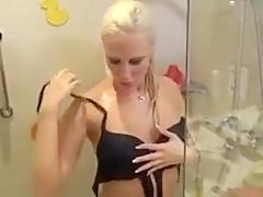 Blndine nimmt uns mit unter die dusche
