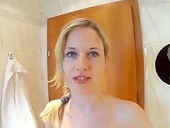 Mia pinkelt sich im badezimmer selber in den mund