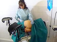 junior woman gets an enema – frau bekommt einen einlauf