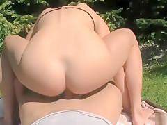 Junge Blondine wird vom Gärtner ins Arschloch gepoppt