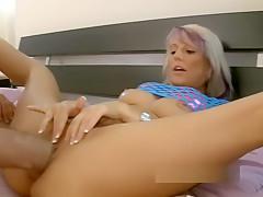 Reife Blondine wird zum Orgasmus gefistet und gefickt