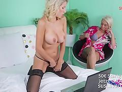 Sweetlina & Caro  – 2 heiße blonde Freundinnen besorgen es sich vor der Cam Part1/2