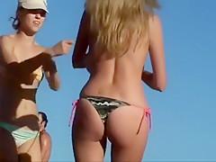 Studentin mit fetten Quarktaschen am Strand!