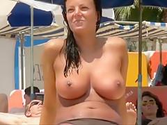 Deutsche Urlauberin packt ihre dicken Wackeleuter aus!