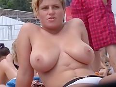 Kurzhaarige Blondine mit fettem Milchgesaeuge!