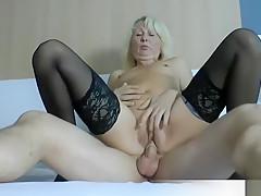 Porno Amateur Milf fickt blutjungen unerfahrenen Bubi Teenie