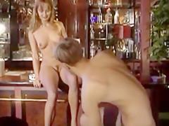 Zarte Muschi in der Bar geknallt