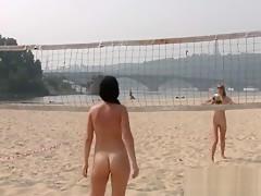 Zwei nackte Teens spielen Volleyball am Strand 01254