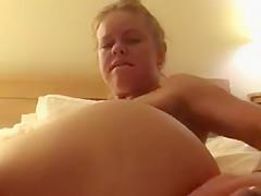 Amy steckt sich Schminckpinsel trocken in den Arsch!