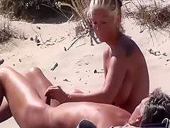 znajoma bawi sie moim kutasem na plazy