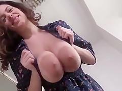 Junge Hausfrau melkt ihre Kuheuter!