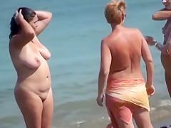 Fettes Tittentier am Strand mit Freundinnen!