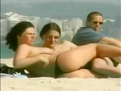 Zwei Lesben lecken sich die Titten am Strand