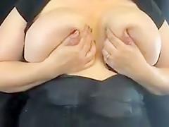 Dickeutersau schiesst Milch aus ihren Riesennippeln!