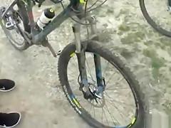 Geile Teen Hure reitet ein Bike und wird in Anal gefickt