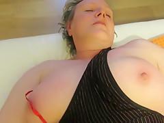 Ute P spielt mit ihren Titten