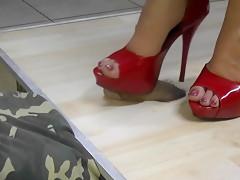 Rote Heels wichsen bis es spritzt