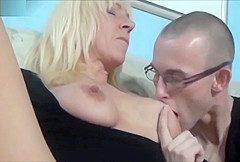 Sexhungrige deutsche Mutter fickt und entsaftet Nachbarsjungen