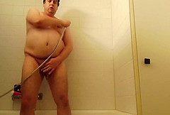 Im Bad ordentlich durchgewichst und geil abgespritzt