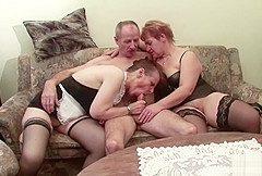 Oma und Opa ficken die Nachbarin in geilem Dreier