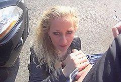 Autopanne – Blonde Ficke zum Blasen ueberredet!