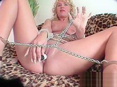 Blondine mit Dildo penetriert