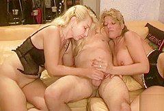 Jungspung darf Mutter und Tante der Freundin ficken