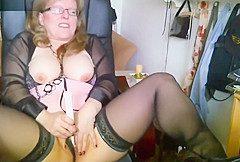 Reife Hausmutti masturbiert und befriedigt sich mit dem Dildo