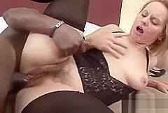Sch&ouml ne haarige reife Frau genie&szlig t einen schwarzen Schwanz!