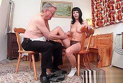 Opa Helmut gabelt Teen Sarina in der Fubgangerzone auf