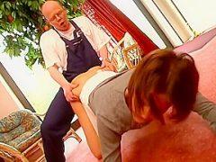 Junge Brnette kommt in deutschem Porno in die Fickfalle eines alten Mannes