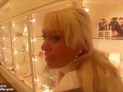 Spontanfick im Kaufhaus mit billiger blonder Verkäuferin